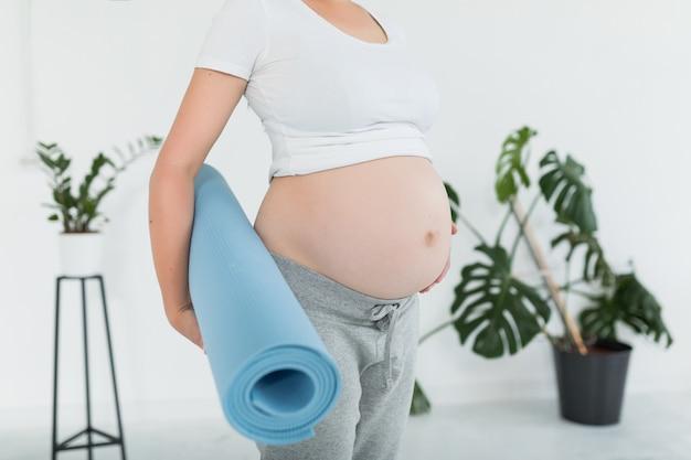 Primer plano del vientre de la mujer embarazada