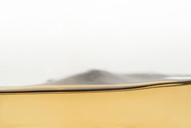 Primer plano de vino blanco líquido