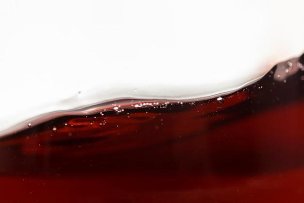 Primer plano vino tinto líquido en movimiento