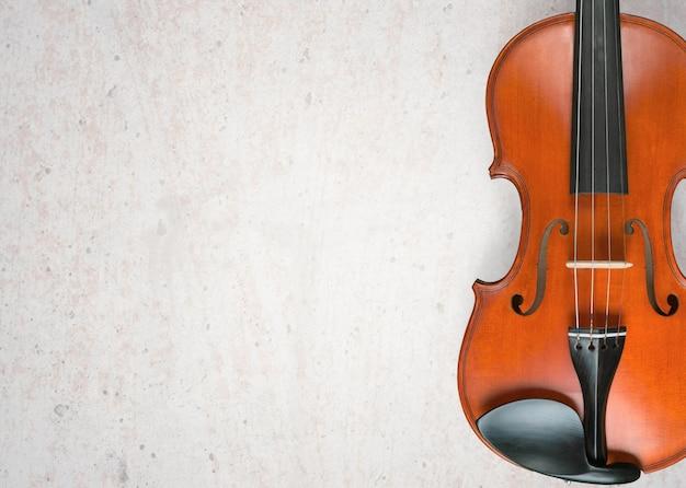 Primer plano de violín clásico antiguo sobre fondo gris