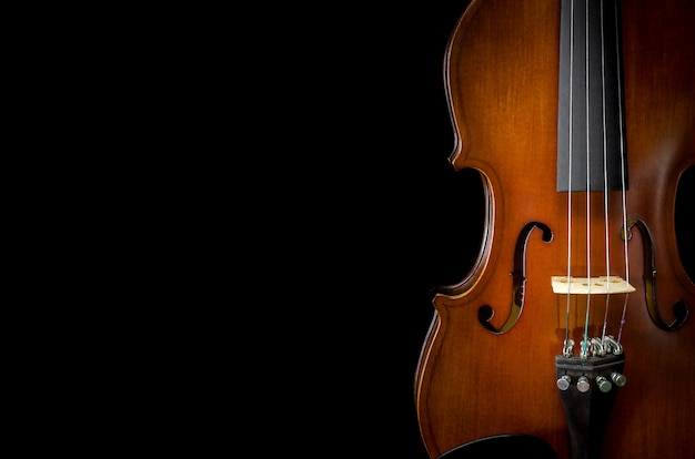 Primer plano de violín sobre fondo negro para corte de