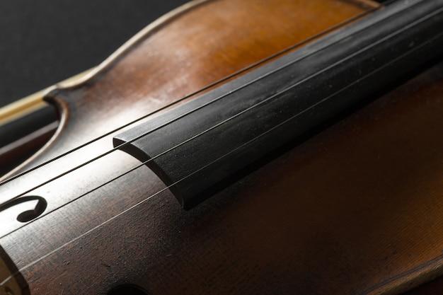 Primer plano de violín viejo