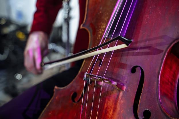 Primer plano del violoncello de instrumentos musicales.