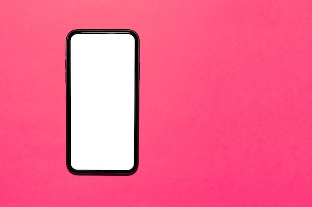 Primer plano de la vista superior del teléfono inteligente moderno con pantalla blanca vacía