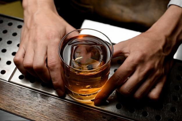 Primer plano de un whisky con hielo dentro