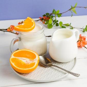 Primer plano de yogur y rodajas de naranja