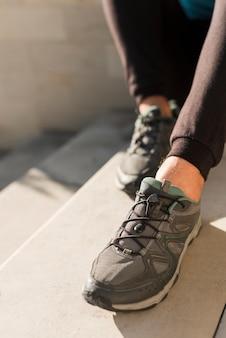 Primer plano de zapatillas de deporte modernas