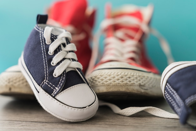 Primer plano de zapato azul decorativo