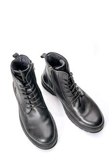 Primer plano de zapatos de hombre de invierno hermosos y cómodos de aislado en blanco escena.