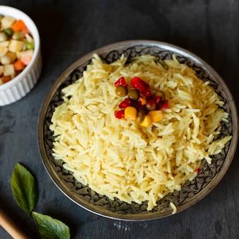 Primer plato de arroz indio con maíz