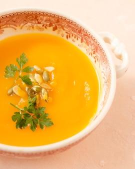 Primer plato de sopa vegetariana con semillas