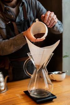 Primer proceso de café en la cafetería.