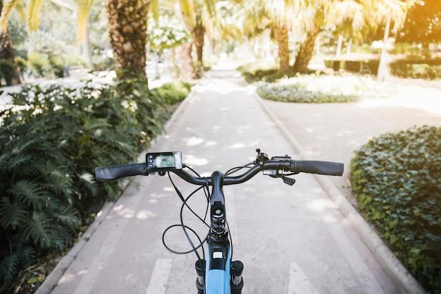 Primer punto de vista de la bicicleta eléctrica en el carril bici.