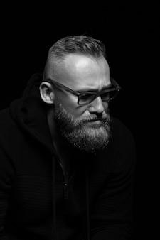 Primer retrato masculino en negro con gafas