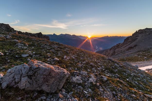 Primer sol brillando en los alpes