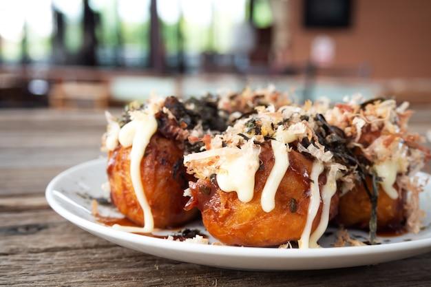Primer takoyaki. calamares a la parrilla con verduras y harina. aperitivo favorito comida japonesa.