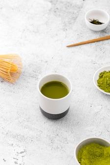 Primer tazón de cerámica con té matcha