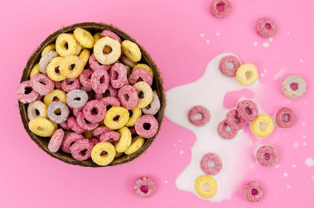 Primer tazón de cereal sobre fondo rosa