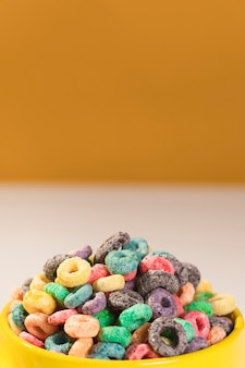Primer tazón lleno de cereales en la mesa