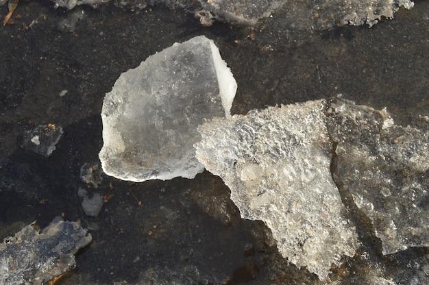 Primer transparente de los témpanos de hielo chispeante, fondo natural de la primavera.