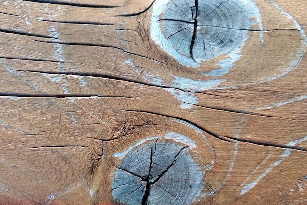 Primer del viejo tablero de madera resistido con las grietas y los nudos.
