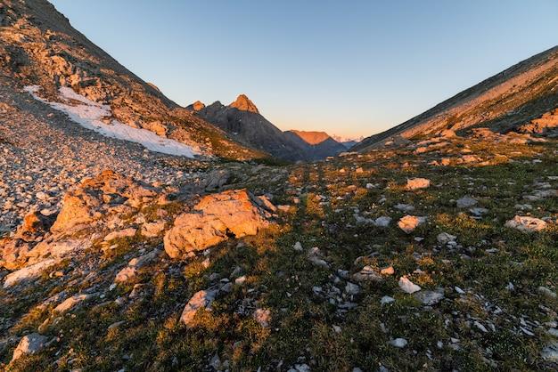 Primera luz del sol brillando en los alpes