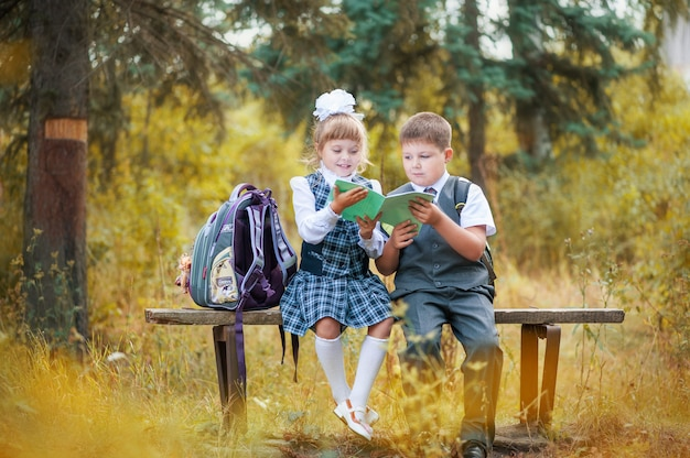 Primero de septiembre en la escuela. los niños van a la primera clase