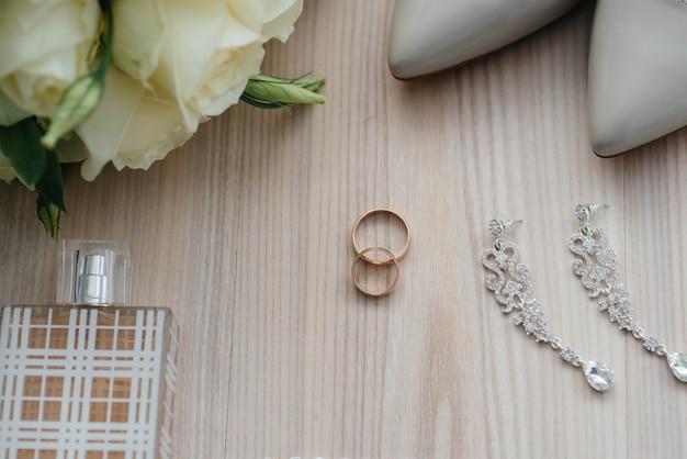 Primeros anillos de boda y otros accesorios durante la reunión de la novia. boda