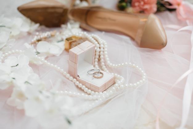 Primeros anillos de boda y otros accesorios durante la reunión de la novia. boda.