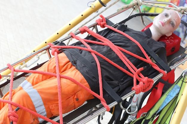 Primeros auxilios, cuna de emergencia con muñeca