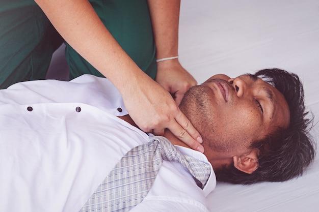 Primeros auxilios rcp de emergencia en hombre de ataque cardiaco