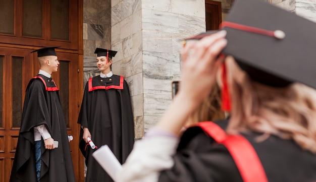 Primeros estudiantes en la graduación