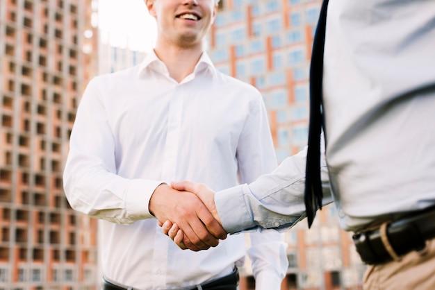 Primeros hombres dándose la mano