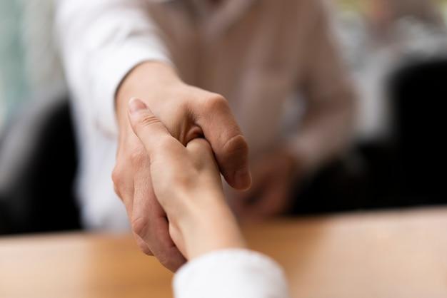 Primeros hombres de negocios dándose la mano