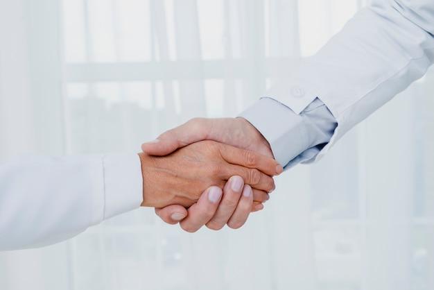 Primeros médicos dándose la mano