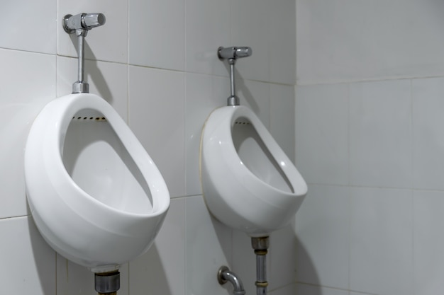 Primeros orinales viejos en el baño