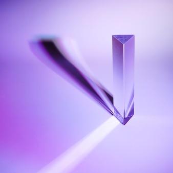Prisma de cristal con sombra oscura sobre fondo morado