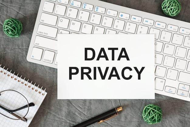 La privacidad de datos está escrita en un documento en el escritorio de la oficina con accesorios de oficina.