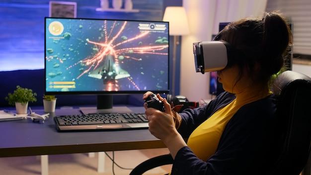 Pro cyber gamer que pierde el torneo de videojuegos en línea con casco de realidad virtual