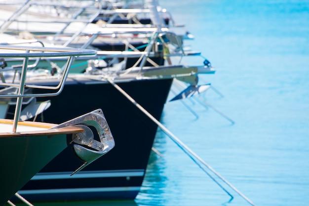 Proa de barco con detalle de ancla de veleros en una fila