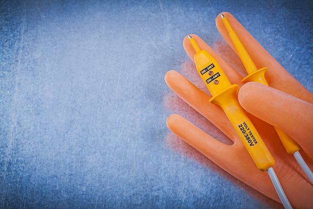 Probador eléctrico de guantes de goma dieléctrica en mesa metálica, concepto de electricidad