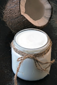 Probióticos de yogur de coco, alimentos fermentados. yogurt vegano.
