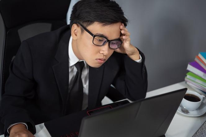 Problema de trabajo de hombre de negocios usando la computadora portátil
