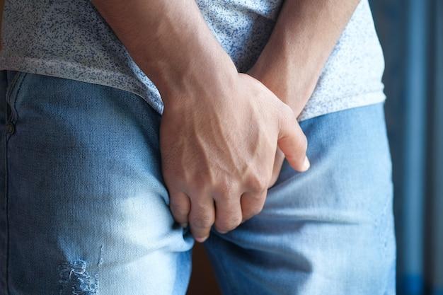 Problema de próstata y vejiga, dolor en la entrepierna de una persona joven