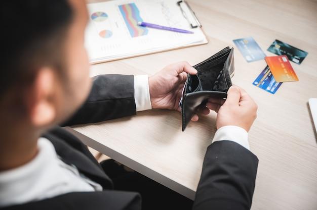 Problema con la tarjeta de crédito, la gente de negocios está decepcionada con los límites de la tarjeta de crédito no se puede usar