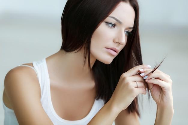 Problemas del cabello femenino causados por el estrés emocional.