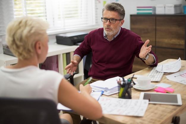 Problemas en la comunicación entre jefe y secretaria.