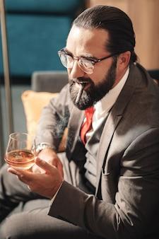 Problemas graves. maduro, rico, barbudo, moreno, hombre, fumar y beber alcohol, tener serios problemas