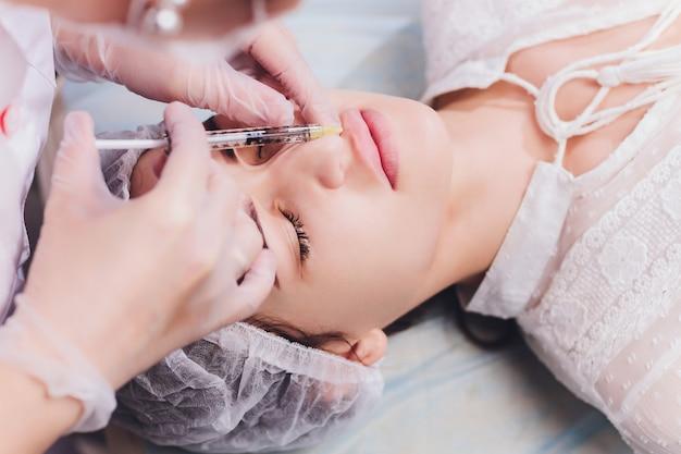 Procedimiento de aumento de labios con inyección de ácido hialurónico.