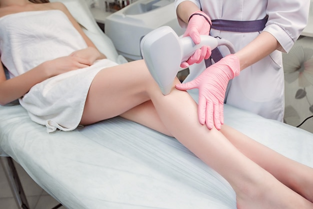 Procedimiento de cosmetología depilación de un terapeuta.